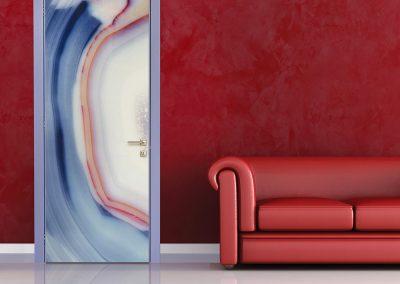 Contini Porte - Porta in policarbonato con cromia blu e rossa su parete rossa