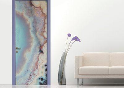 Contini Porte - Porta in policarbonato violetta su parete bianca